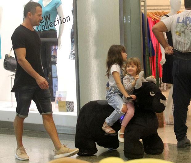 Malvino acompanha Sofia e Ayra nos corredores do shopping (Foto: AgNews / J. Humberto)