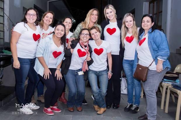 Jessica Leão com as voluntárias do projeto Coração Quentinho  (Foto: Mario Nakase / Reprodução TV Diário )