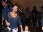 Tania Mara leva a filha para passear cheia de estilo em shopping