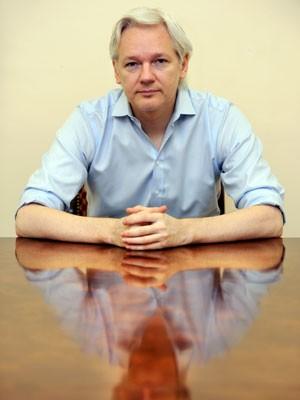 O fundador do WikiLeaks, Julian Assange, em foto desta terça-feira (18) na embaixada do Equador em Londres (Foto: Anthony Devlin/AFP)
