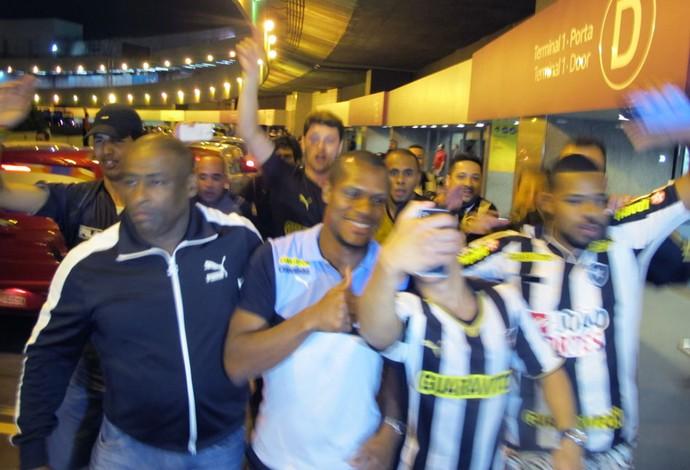 André Bahia desembarque Botafogo (Foto: Gustavo Rotstein)