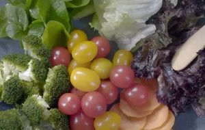 Salada de folhas, brócolis, cenoura e tomates