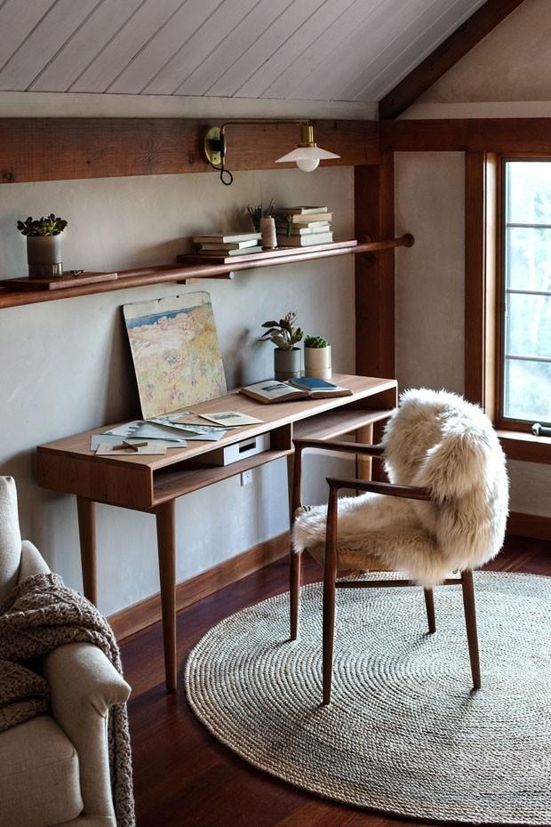 Décor do dia: home office rústico com elementos naturais (Foto: FOTO EMILY HIRSCH/DIVULGAÇÃO)