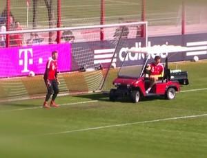 Thomas Müller estaciona carrinho em frente a gol durante treino do Bayern de Munique