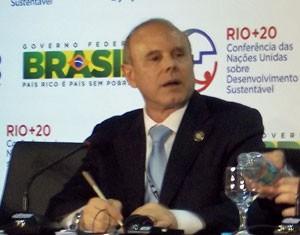 O ministro da Fazenda, Guido Mantega, fala à imprensa durante a Rio+20 (Foto: Lilian Quaino/G1)