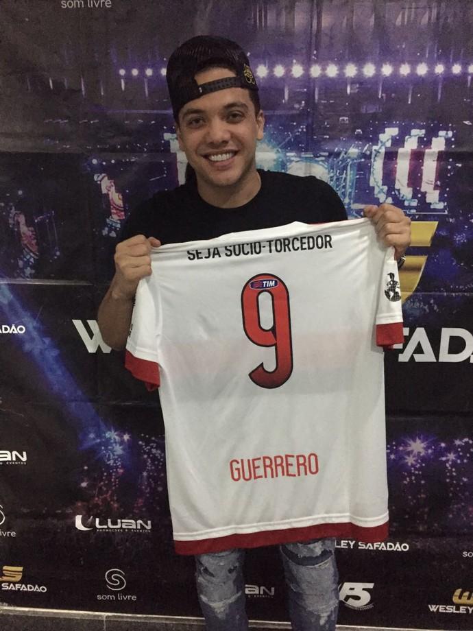 Wesley Safadão foi presenteado por Guerrero antes de show no Rio de Janeiro (Foto: Divulgação)