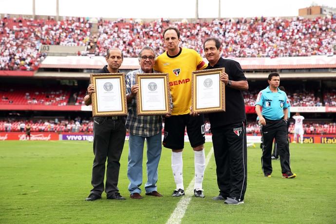 Rogério Ceni recebe placas por recordes no Guinness (Foto: Marcos Ribolli)