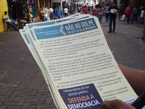 panfleto distribuido em ato em Uberaba (Foto: Alex Rocha/G1)