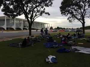 Alunos de faculdades descredenciadas no RJ continuam acampado em frente ao Palácio do Planalto para tentar reunião com Dilma Rousseff (Foto: Luciana Amaral/G1)