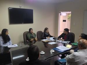 Reunião decidiu criar comissão para encontrar soluções para matricular 700 crianças (Foto: Abinoan Santiago/G1)