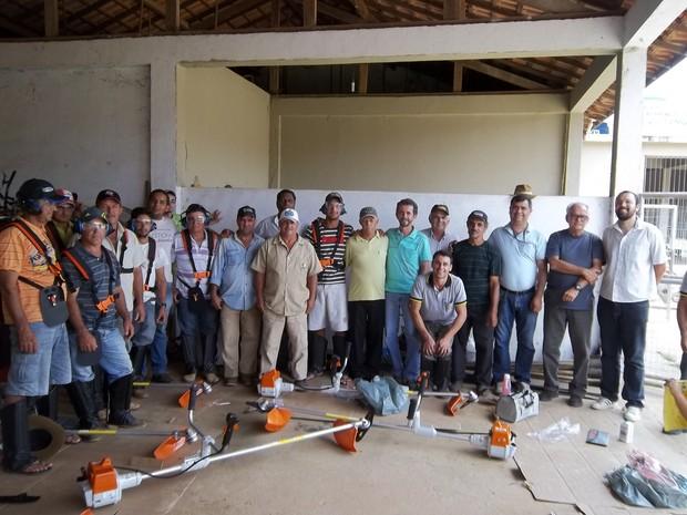 Agricultores de Italva com os equipamentos adquiridos. (Foto: Kellen Leal/Pesagro-Rio)