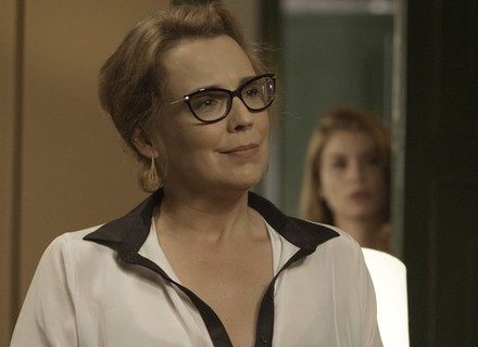 Lívia fica indignada com Emília: 'Não estou acreditando!'