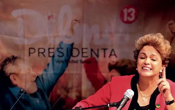 ANSIEDADE Dilma Rousseff, em discurso na CUT. As liminares do Supremo foram comemoradas, porque o processo de impeachment fica paralisado por pelo menos um mês (Foto: Nacho Doce/Reuters)