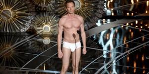 Neil Patrick Harris, apresentador do Oscar 2015, fica de cueca no palco (John Shearer/Invision/AP)