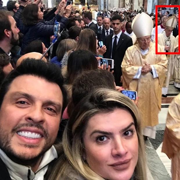 Wellington Muniz e Mirella Santos posam em basílica e o papa Francisco aparece ao fundo (Foto: Reprodução/Instagram)