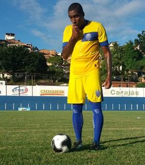 Jônatas Obina, atacante do CSA (Foto: Augusto Oliveira/GloboEsporte.com)