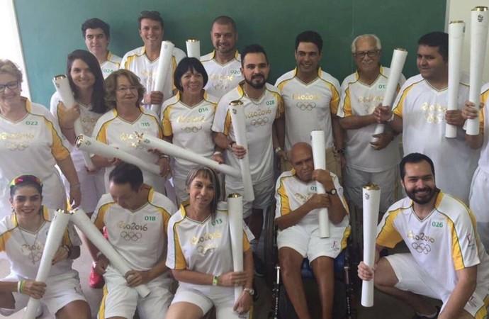 Zezé di Camargo e Luciano postam foto com todos os condutores da tocha em Pirenópolis, Goiás (Foto: Reprodução/ Twitter)