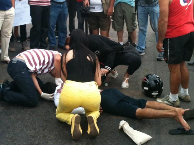 Jovem cai de bicicleta ao se aproximar de protesto em Anápolis, Goiás (Foto: Diêgo Machado/TV Anhanguera)