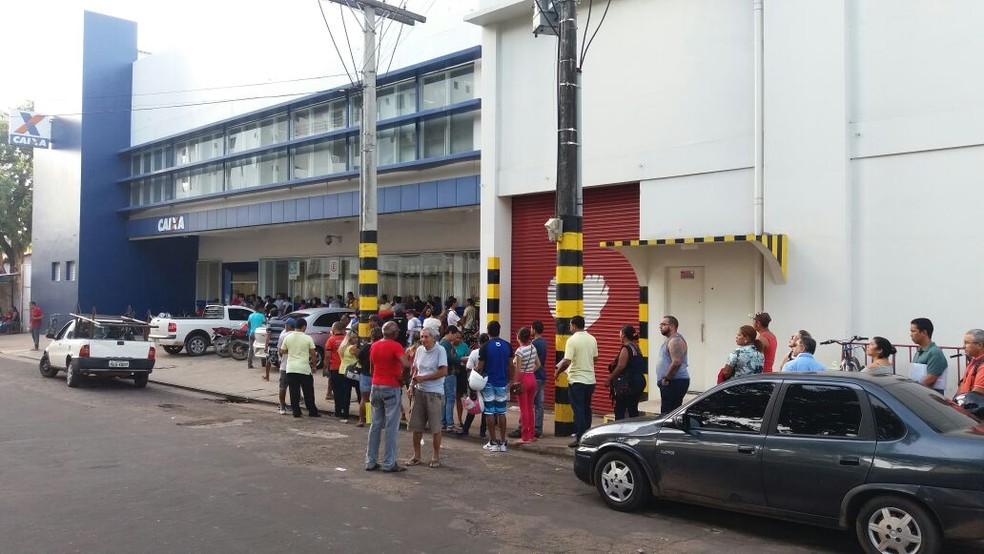 Grandes filas se encontravam antes da abertura das agências em Macapá e Santana (Foto: Jorge Abreu/G1)