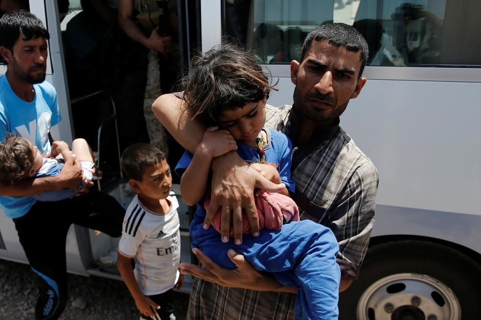 Refugiados retornam ao campo após serem tratados em hospitais perto de Mossul, no Iraque (Foto: Reuters/Alkis Konstantinidis)