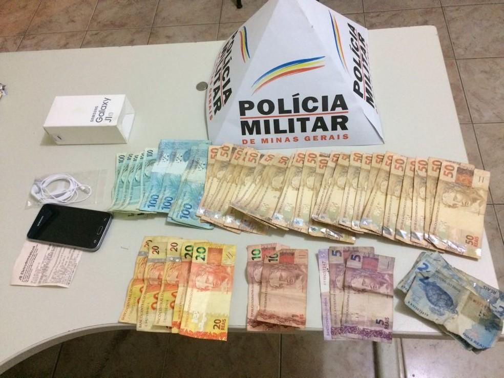 Dinheiro estava escondido na caixa de celular (Foto: Polícia Miltiar/Divulgação)