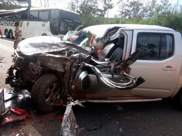 Frente da caminhonete ficou destruída com colisão (Foto: Fernandez Fernandes/Blog do Sigi Vilares)