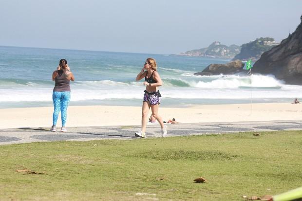 Adriana Esteves correndo em orla da praia de São Conrado, RJ (Foto: Dilson Silva / Agnews)