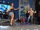 Viviane Araújo samba com David Brazil em Rio das Ostras