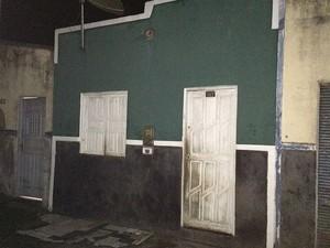Imóvel onde homem matou esposa e filho de 7 meses, na cidade de Itajuípe, no sul da Bahia (Foto: Olga Amaral/Tv Santa Cruz)