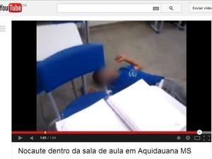 Estudante caído no chão após levar soco em sala de aula  (Foto: Reprodução / YouTube)
