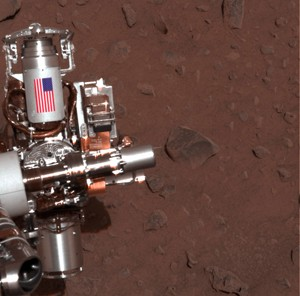 Foto mostra parte do jipe Spirit em que bandeira dos Estados Unidos aparecem no metal do veículo (Foto: AP Photo/NASA/JPL-Caltech/Cornell University    )