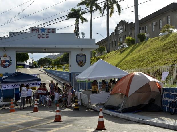 Protesto dos familiares de PMs em frente ao Quartel de Maruípe,  em Vitória (Foto: Carlos Alberto Silva/ A Gazeta)