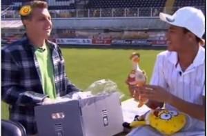 Huck bate um papo com Neymar e entrega presentes ao jogador (Divulgação/TV Globo)