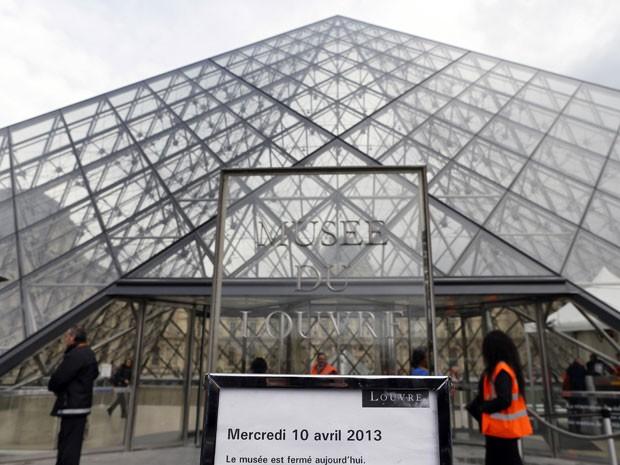 Museu do Louvre fechado no dia 10/4/2013 devido a uma greve de funcionários contra batedores de carteira (Foto: Kenzo Tribouillard/AFP)