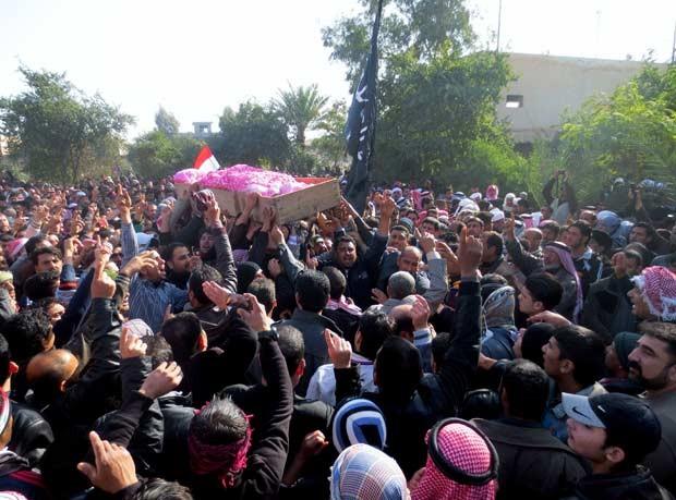 Iraquianos sunitas enterram vítima de ataque de tropas após protesto na cidade de Fallujah em 26 de janeiro (Foto: AFP)
