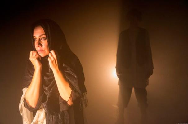 A atriz Ester Laccava em cena de 'Syngué Sabour - Pedra da Paciência' (Foto: Divulgação)