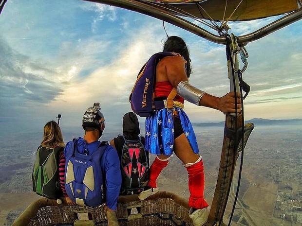 Vestido de Mulher Maravilha, Caio Castro salta de paraquedas de um balão na Califórnia (Foto: Reprodução/Instagram)