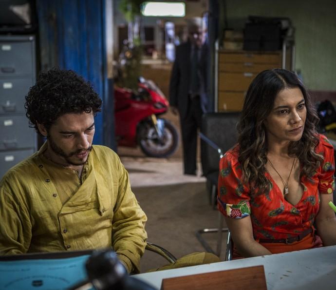 Beatriz e Martim ficam surpresos com Queiroz (Foto: Inácio Moraes/ Gshow)