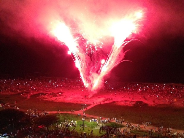 Festa no litoral paranaense teve show de fogos de artifício para comemorar a chegada de 2017 (Foto: Amanda Menezes / RPC)