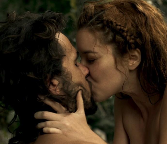 Branca e Xavier se beijam no riacho (Foto: TV Globo)