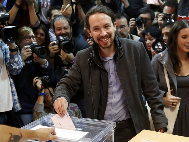 O líder do Partido Podemos, Pablo Iglesias, vota neste domingo (20) em Madri (Foto: Andrea Comas/Reuters)