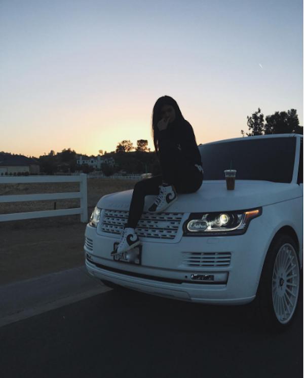 Kylie Jenner e seu carro (Foto: Instagram)