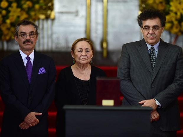 A viúva de Gabriel García Márquez, Mercedes Barcha, e os filhos do casal Gonzalo (esq.) e Rodrigo, diante da urna com as cinzas do autor durante homenagem ao escritor no México (Foto: Ronaldo Schemidt/AFP)