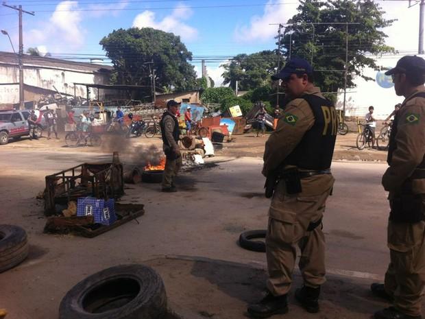 Polícia Rodoviária Federal tenta negociar liberação da rodovia BR-316 (Foto: Fabiana De Mutiis/G1)