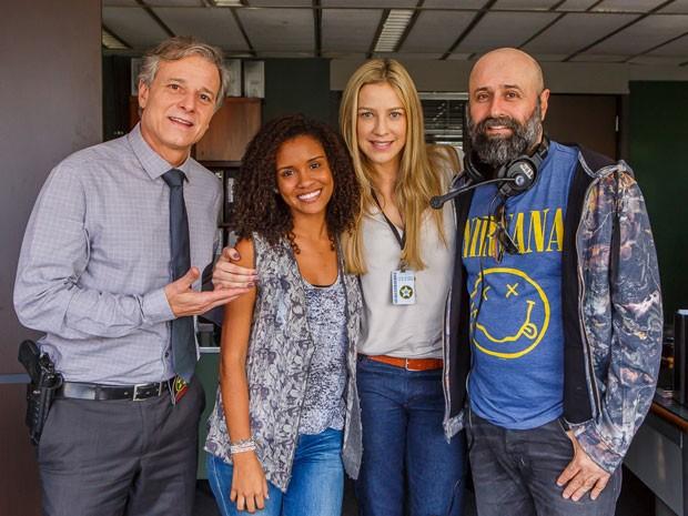 Atriz posa ao lado de Marcello Novaes, Luana Piovani e Mauro Mendonça Filho (Foto: Artur Meninea/Gshow)