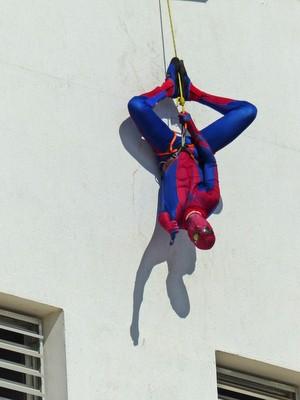 Homem-Aranha chamou a atenção ao descer de cabeça para baixo - Piracicaba (Foto: Adriana Pompermayer/Arquivo pessoal)