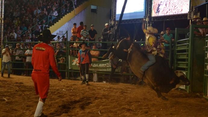 Peão pediu nova montaria e venceu o rodeio profissional em Vilhena (Foto: Jonatas Boni)