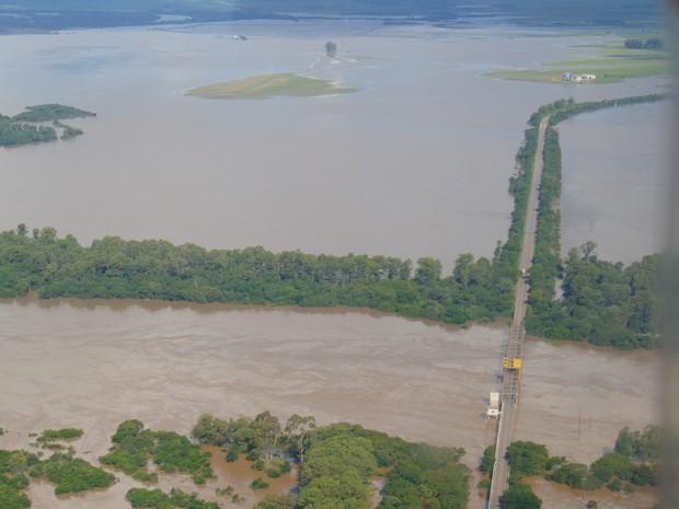 Ponte da Várzea do Castagnino, na BR-153, teve desmoronamento (Foto: Milos Silveira/O Correio.com.br)
