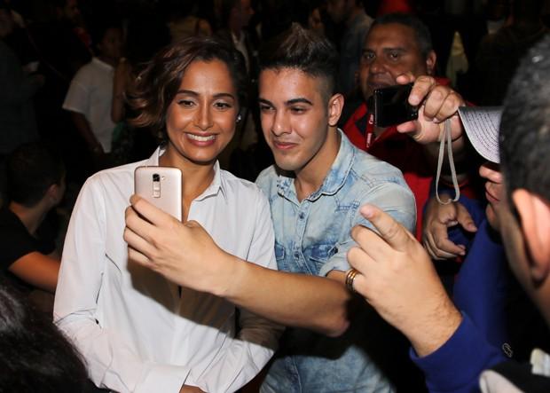 Camila Pitanga e fãs (Foto: Thiago Duran/AgNews)