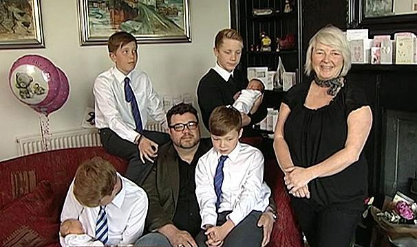 A mãe Karen Roger com o marido e os seis filhos gêmeos (Foto: BBC)